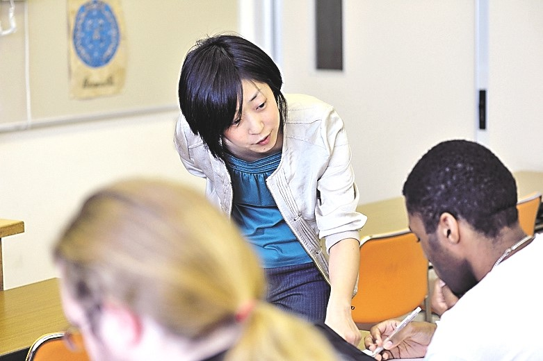 Lecturer Kumiko Sato encourages students in class.