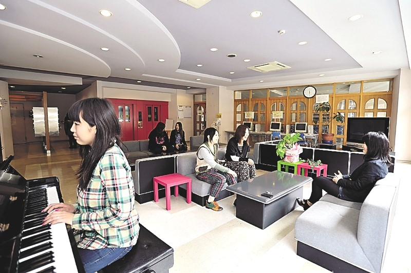 Students relax in the Ampelos dormitory lounge.