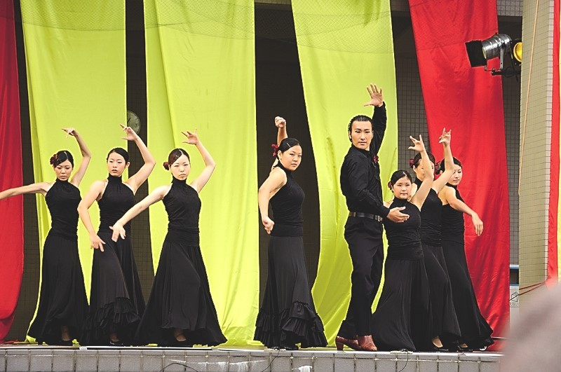 The popular flamenco dance club holds everyone's attention.