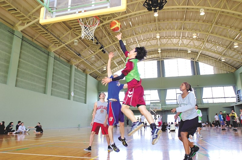 Japanese and international students compete together in the university baseketball tournament.