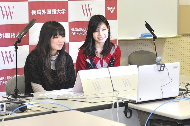 Japanese and American students participate in a teleconference at NUFS.