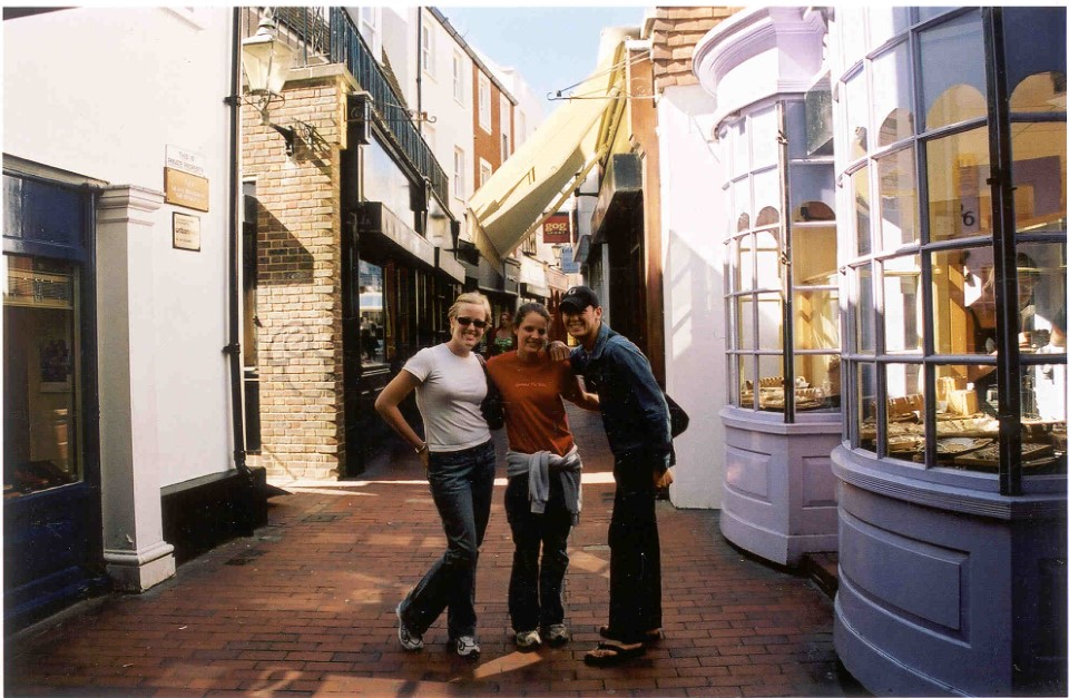 One of the most interesting areas of Brighton is the Lanes, a maze of narrow streets. This popular shopping area is well known for antiques, fashion, and jewelry.