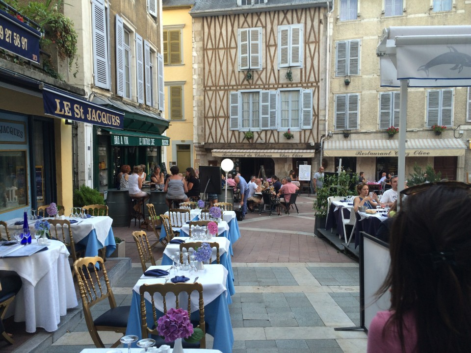 Lively ambiance around the restaurants and cafés in the Castle area