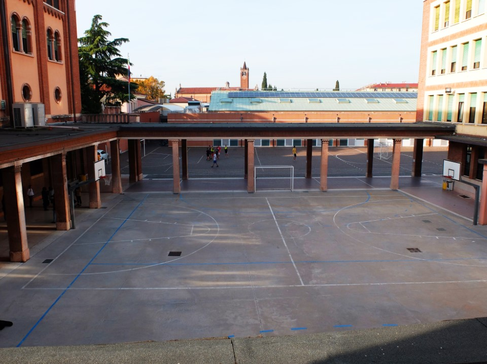 The view on the courtyard of the campus.