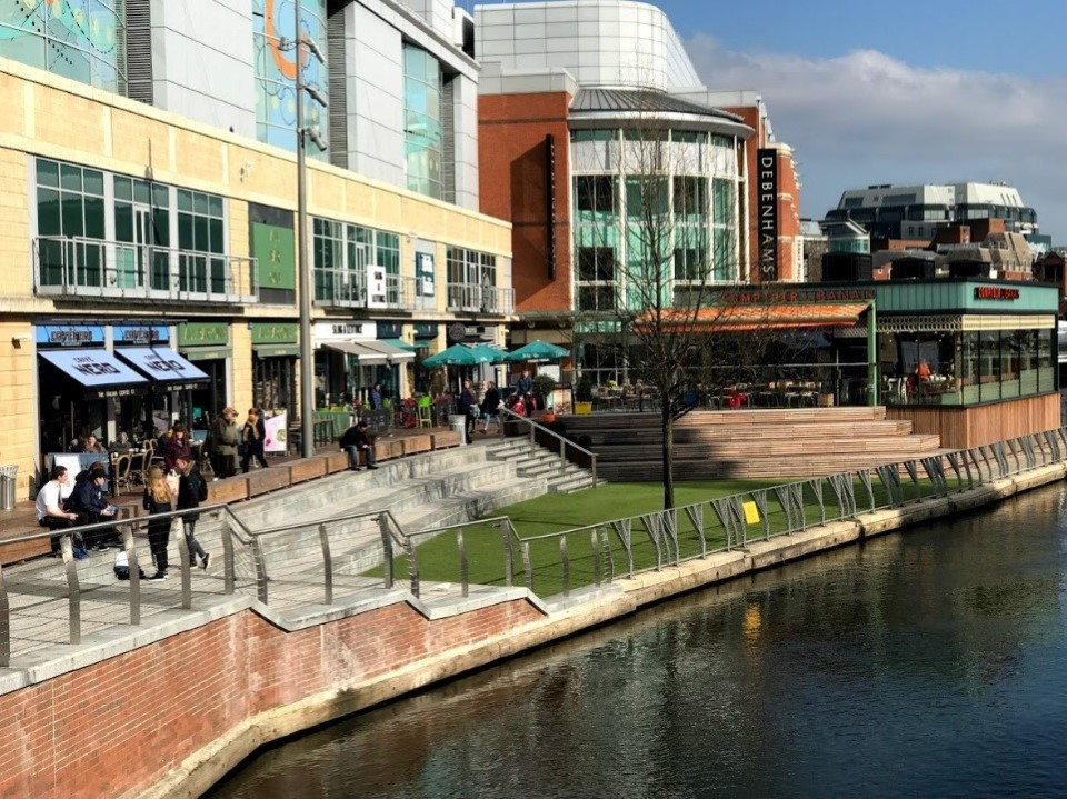Reading is a large town located along the Thames and Kennet rivers. It is popular for shops and riverside restaurants that dot the town center.