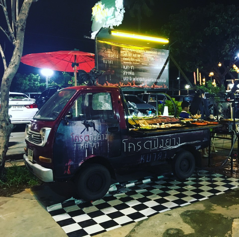 Common dining options include street markets and food carts serving delicious Thai cuisine.