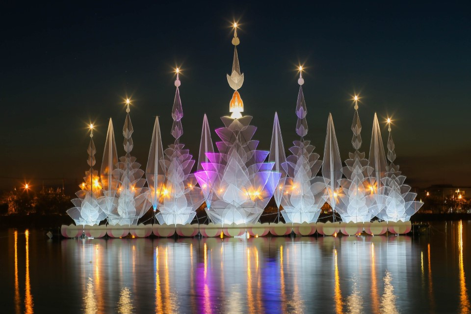 The Loy Krathonng Lights Festival is one of the most famous festivals in Thailand
