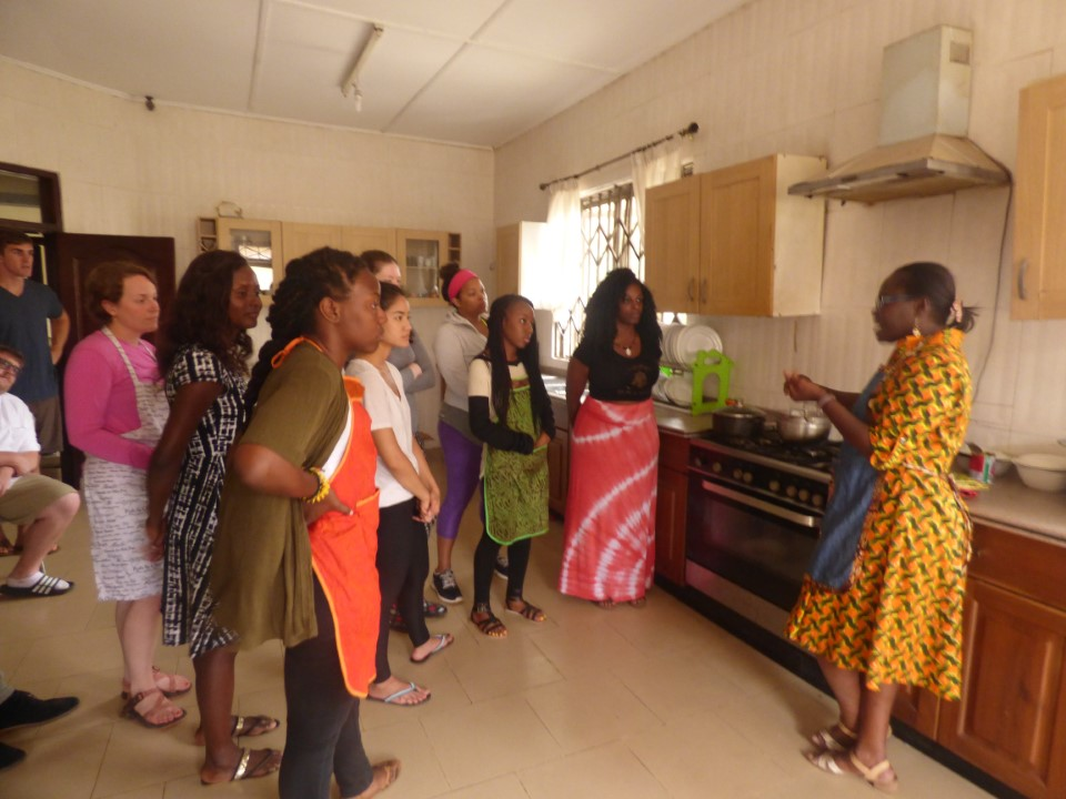 Getting a Ghanaian cooking lesson in the cooking workshop